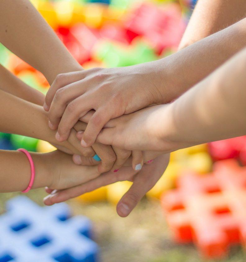 Bilden visar många händer tillsammans