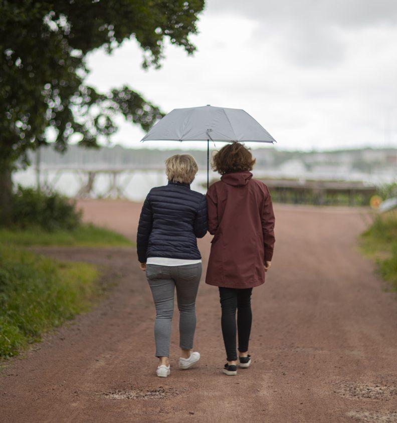 På promenad i regnet vid båthusen på Nabben