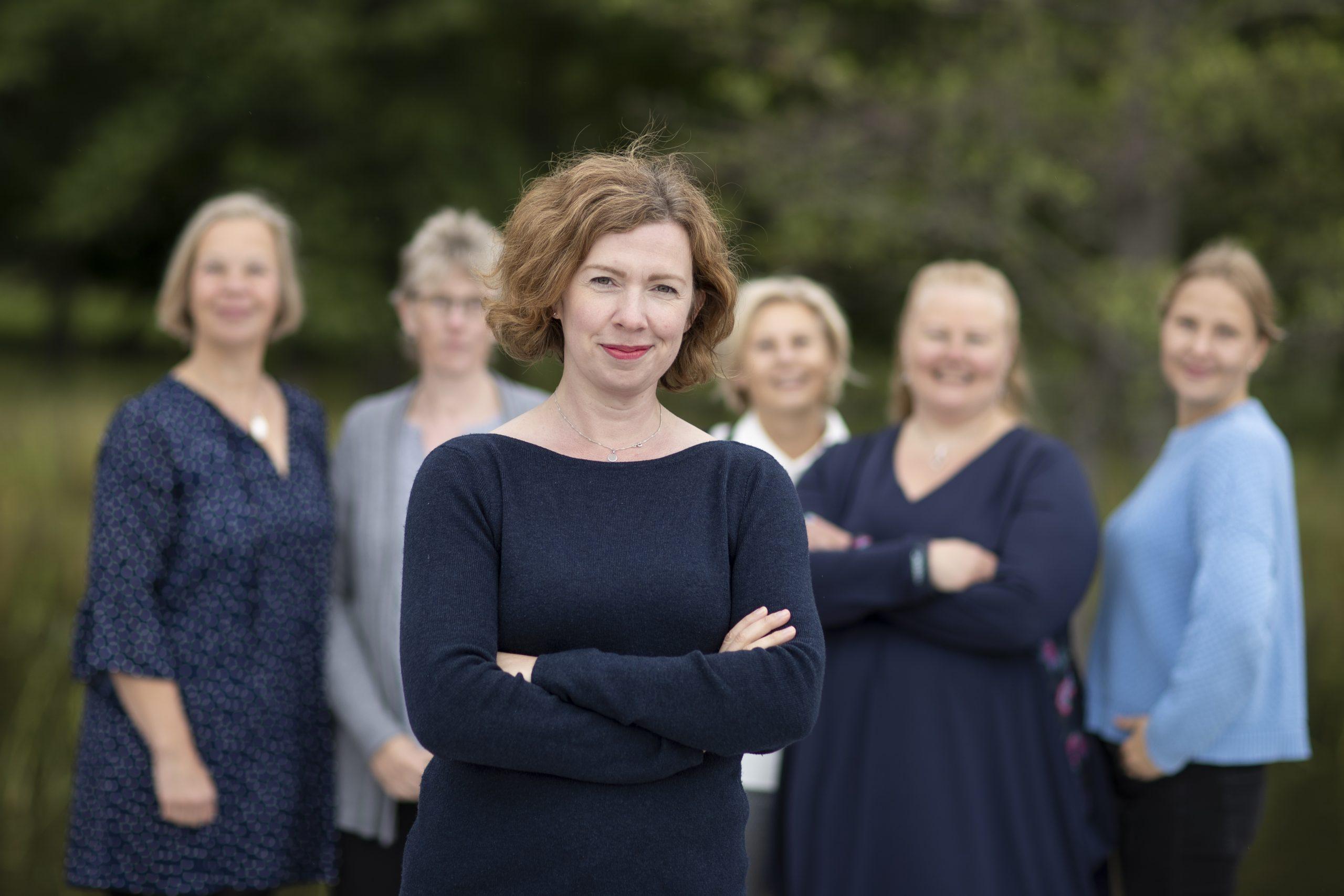 Susanne Broman, verksamhetsledare för Ålands handikappförbund. I bakgrunden övrig personal vid förbundet.