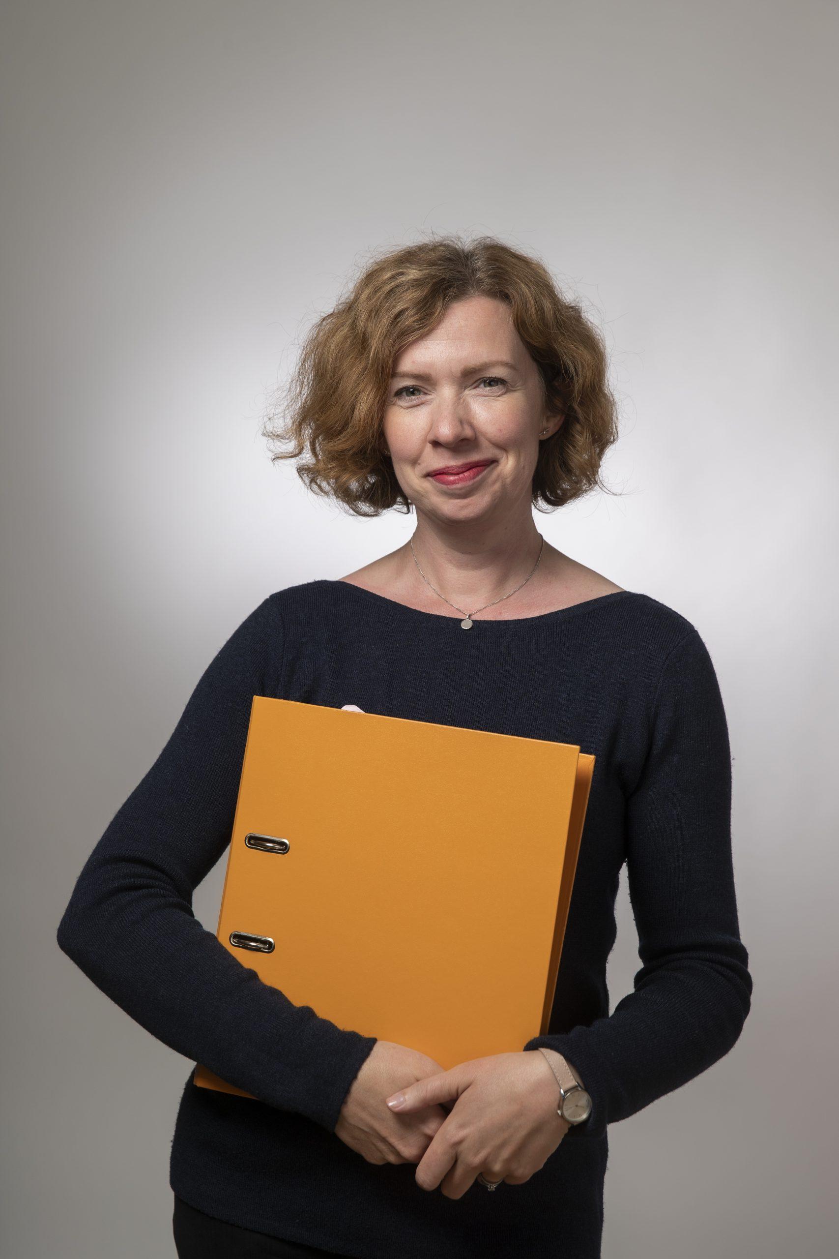 Förbundets verksamhetsledare Susanne Broman håller i en konferenspärm