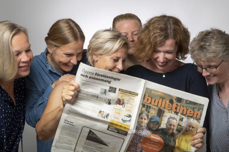 Förbundets personal läser senaste numret av Bulletinen
