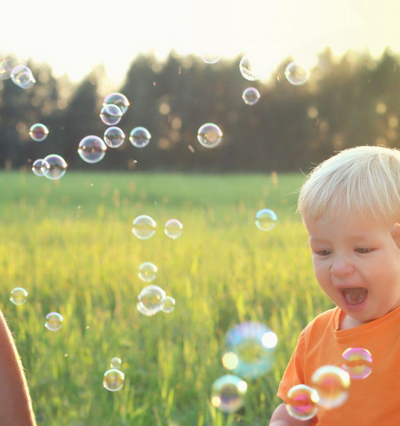 Ett barn leker med såpbubblor