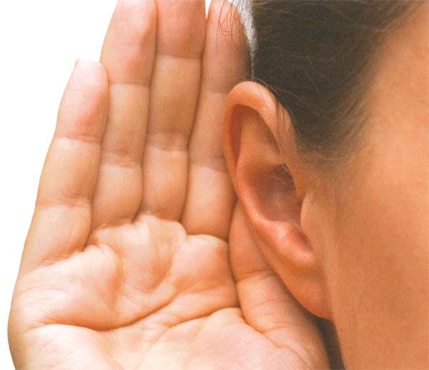 En hand bakom örat hjälper till att fånga upp ljudet